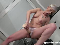 Dirty full-grown toys her affectionate cunt like a 18yo ungentlemanly